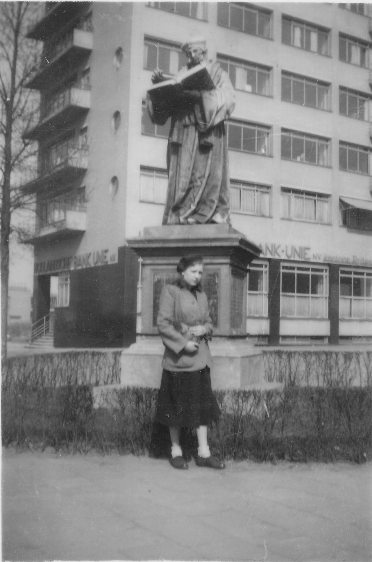 Joanne bij het beeld van Erasmus in Rotterdam